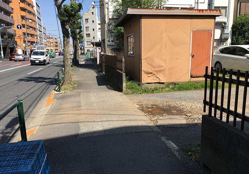 西東京市の街道沿いの歩道